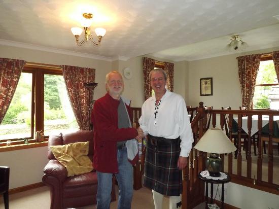 Glen Rowan Guest House: Alister in vol ornaat
