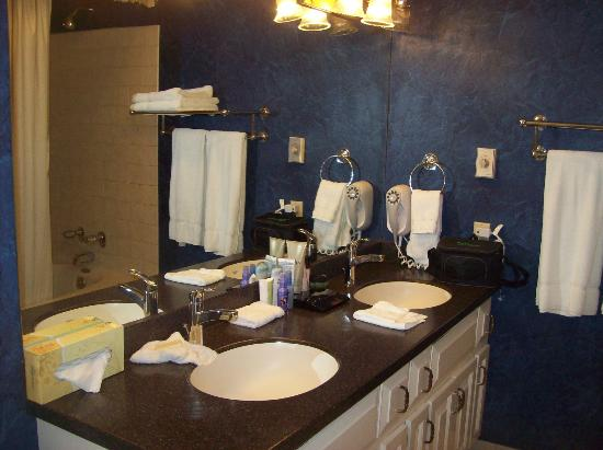 Quarter House Resort: master bathroom