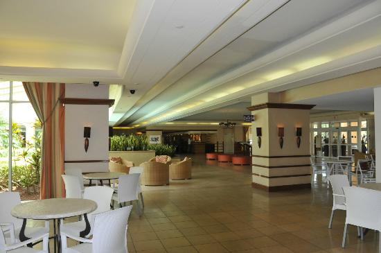 Doubletree By Hilton at the Entrance to Universal Orlando: Light and breezy lobby area