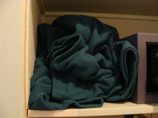 """Hôtel Amélie : Para dar uma ideia de como é este """"hotel"""": é assim que o cobertor estava """"dobrado"""" no """"armário""""."""