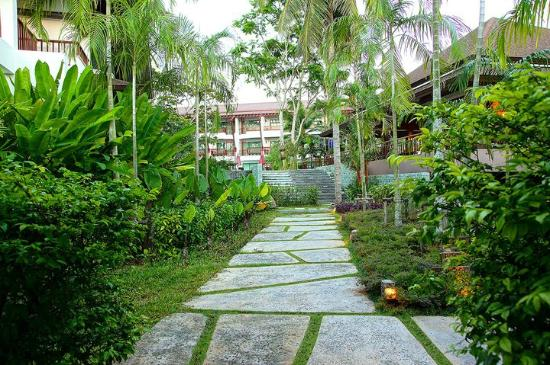 The Elements Krabi Resort: Garden from the entrance
