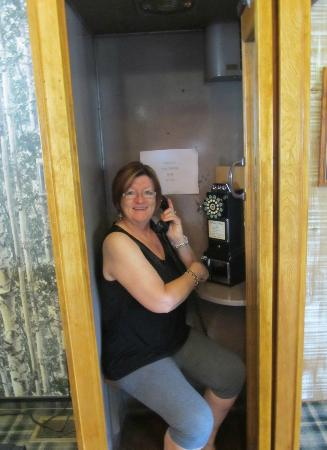 Green Granite Inn & Conference Center: Loved the phonebooth!