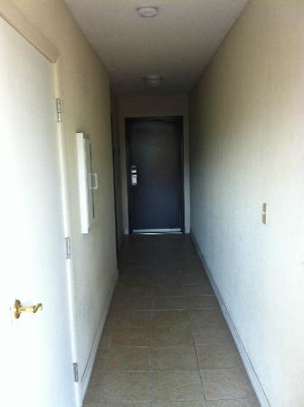 Best Western Celebration Inn & Suites: Creepy dark hallways - I have seen that horror movie!