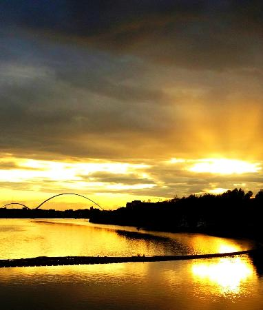 Premier Inn Stockton-On-Tees/Middlesbrough Hotel: Sunset from the barge outside the hotel