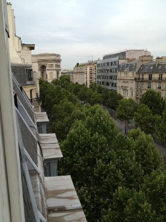 Royal Hotel Paris Champs Elysees: uizicht vanuit slaapkamer