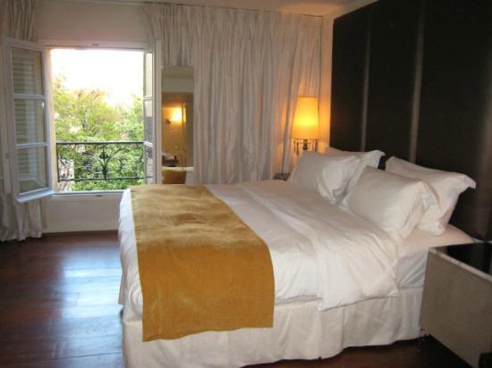 La Maison d'Aix : Comfortable bed with window to garden