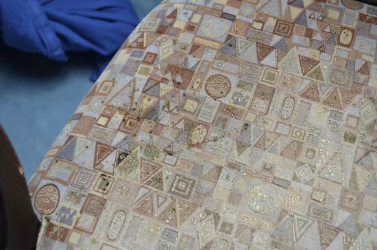 Hotel Bergmeister: stoffa della sedia macchiata e consumata