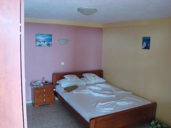Grand Beach Hotel : to nie pokój tylko suteryna w pokoju nie ma okien!!! w głową szoruje się o sufit!!!