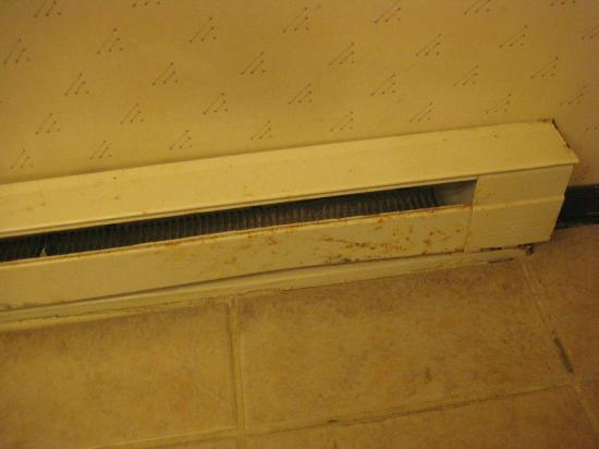 Great Lakes Inn & Suites: Rusted heater in bathroom