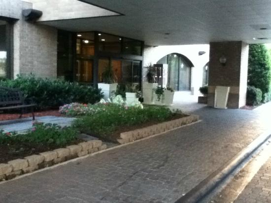 Holiday Inn Charlotte-University Place: Beautiful entrance!