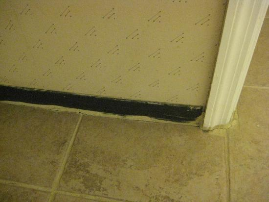 Great Lakes Inn & Suites: Pitiful baseboard and terrible painting