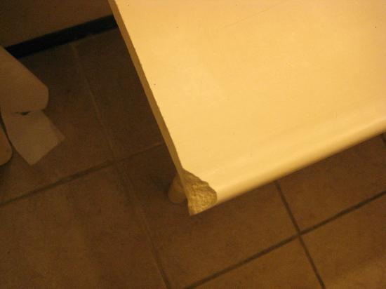 Great Lakes Inn & Suites : Broken countertop in bathroom