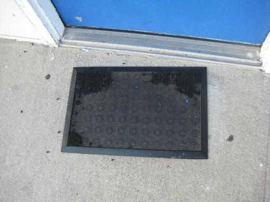 Great Lakes Inn & Suites: completely worn out doormat