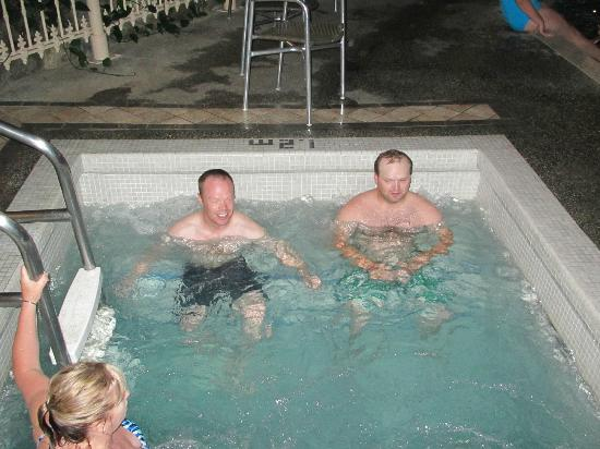 Vernon Atrium Hotel and Conference Centre: Hot tub
