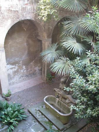 هوتل لوكاندا أوركيديا: Hotel Orchidea courtyard