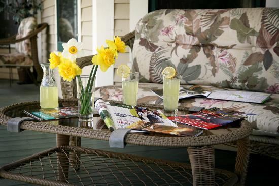 Westby House Inn: Lemonade on the porch