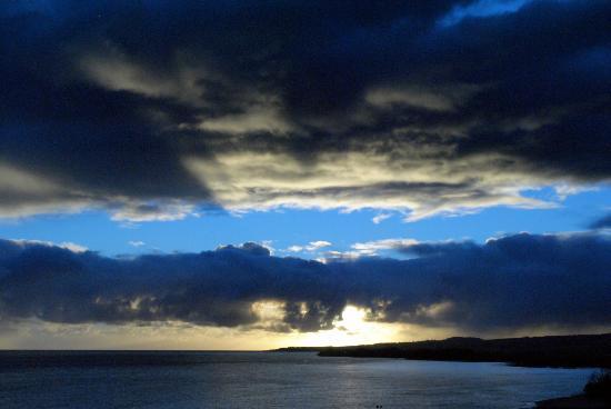 Kahului Harbor Pier: Sunrise over Maui