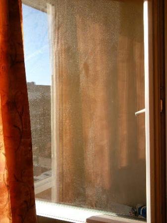 Albion Hotel: vitre très très sale