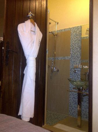 La Villa Racine : Modern bathroom and bathrobe