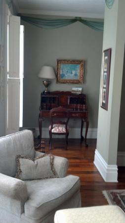 The Inn on Negley: Antique writing desk in Cortland Suite