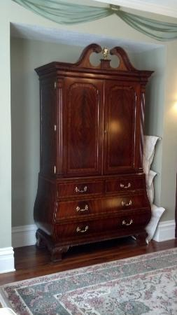 The Inn on Negley: Armoire/entertainment center in Cortland Suite. Pillows stored next to it after turn-down.