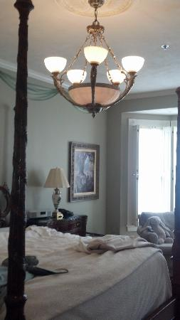 The Inn on Negley: Chandelier above carved-post bed in Cortland Suite