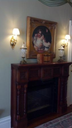 The Inn on Negley: Gas fireplace in Cortland Suite