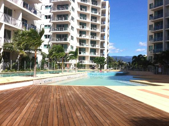 Mantra Esplanade Cairns: Pool deck