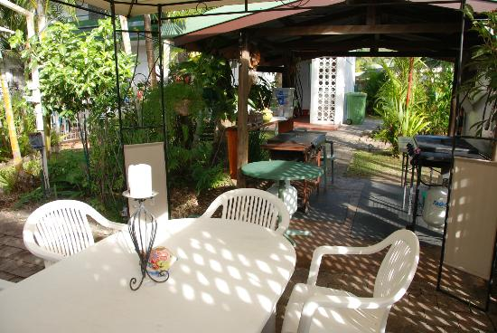 Silvester Palms Holiday Apartments: Fantastic BBQ / Outdoor dining area