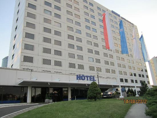 Hotel Orbis Wroclaw: Front of the hotel