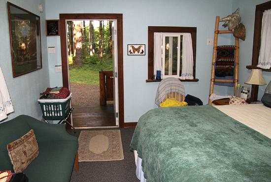 Huckleberry Lodge Cabins: looking out the door to the forest