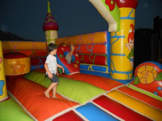 Hotel abba Formigal: Castillo hinchable en la terraza
