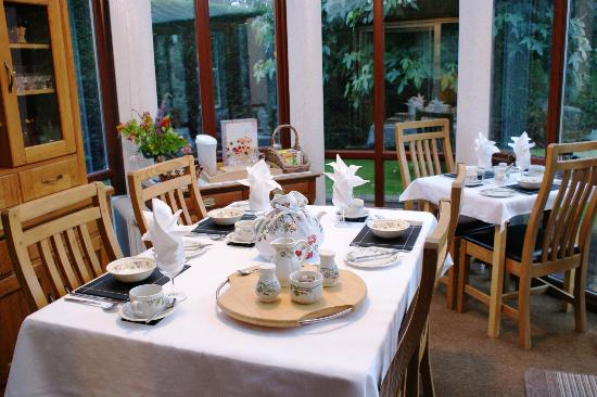 Dolronwy Bed & Breakfast: Breakfast served in the conservatory