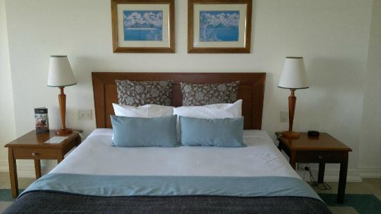 Pullman Cairns International: Pleasantly furnished room, faded prints on wall