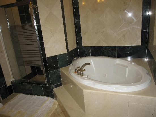 Grand Colony Island Villas: Master Bath Jacuzzi
