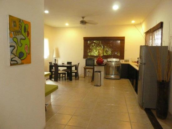 Villas Geminis Boutique Condo Hotel: Kitchen/lounge/dining area