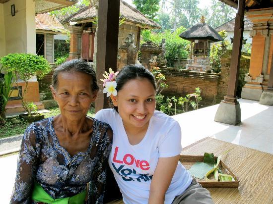 Ketut's Bali Cooking Class: Belajar membuat hiasan bunga di kepala dan sesajen