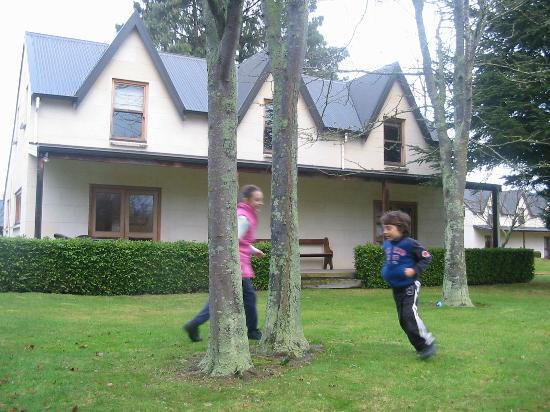 Whitestone Cottages: Kids playing in the front yard