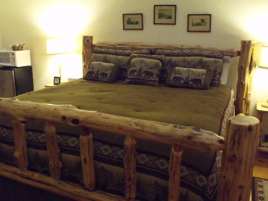 Arbor House Country Inn: King cedar bed in the Hunter Room. En suite bathroom.