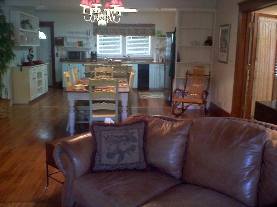 Arbor House Country Inn: Cottage--looking from living room to kitchen--open room.