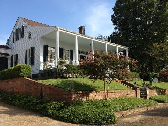 Historic Oak Hill Inn: Front of Oak Hill from the street