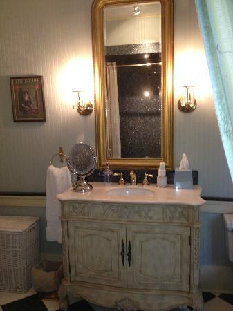 Historic Oak Hill Inn : Bathroom sink & mirror
