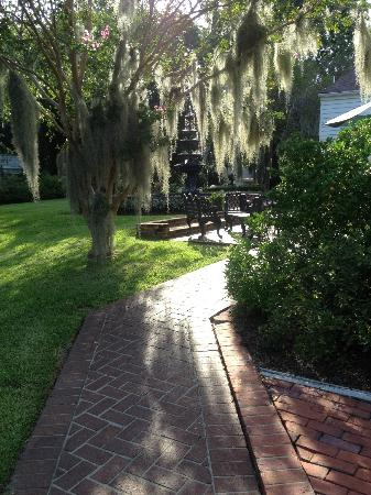 Historic Oak Hill Inn: Back walkway