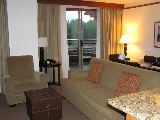 Pan Pacific Whistler Village Centre: Wohnbereich mit Balkon
