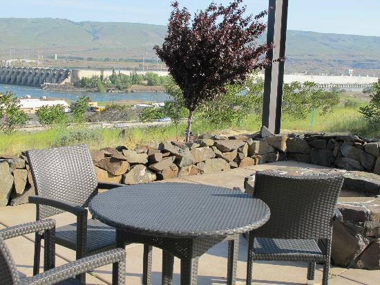 Celilo Inn: Outside sitting area