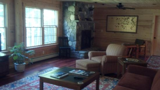 Nestlewood Inn: View to Fireplace