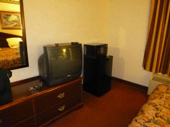 Travelodge Suites Savannah Pooler: TV, microwave & refrigerator