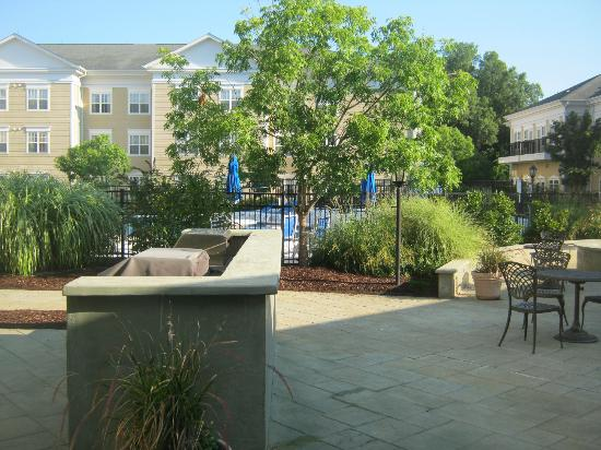 Residence Inn Chapel Hill: Great patio area.