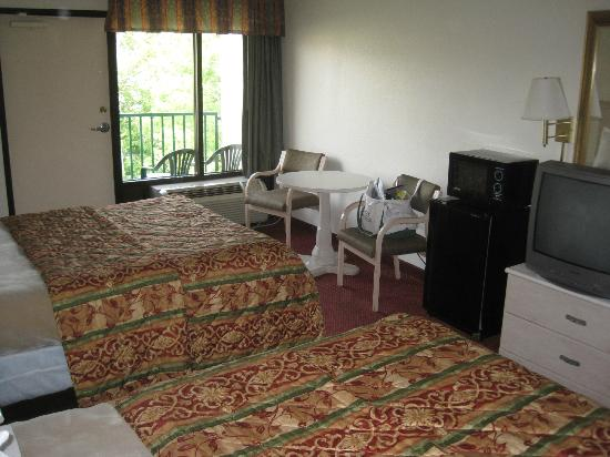 Pigeon River Inn: 2 queen beds, fridge and microwave