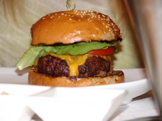 Gotham Steak - Fontainebleau Miami Beach: superexpensive burned burger (bad)